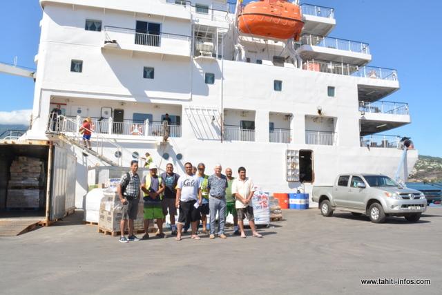 Patrice Colombani entouré d'une partie de l'équipage du Tuhaa Pae 4.