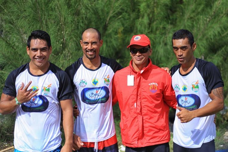 En rouge Patrick Viriamu, champion du monde de para va'a marathon, originaire de Tubuai