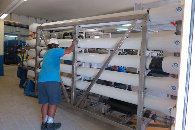 Ces tubes sont les osmoseurs inverses d'Osmosun en train d'être installés à Bora Bora début 2017. Ils ont une capacité maximale de 80 m³ d'eau par jour, et en produisent en moyenne 70 mètres cubes par jour depuis mars dernier.