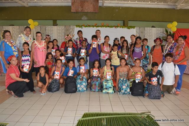 25 élèves de Arue ont reçu leur nouveau cartable ce mercredi.