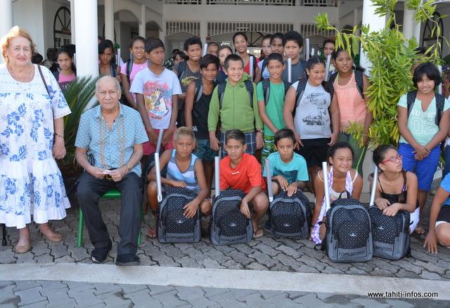 Cinquante enfants de Paea ont reçu ce jeudi matin leur cartable pour bien démarrer leur scolarité au collège Teriitua A Teriierooiterai.