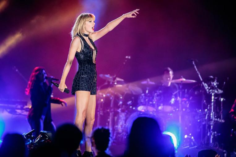"""""""Il m'a bien attrapé"""" les fesses, assure Taylor Swift au procès"""