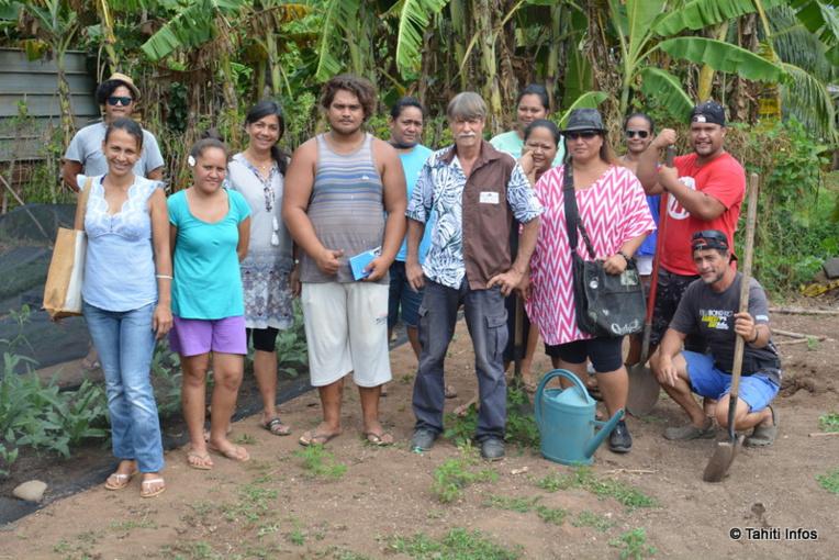 Les apprentis jardiniers bio de Bio Tupuna et de Marutaha-Nui dans leur faapu partagé de Faa'a
