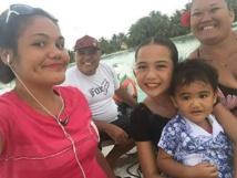 Heinarii et sa petite famille vivent sur un motu en face de l'île de Maupiti.