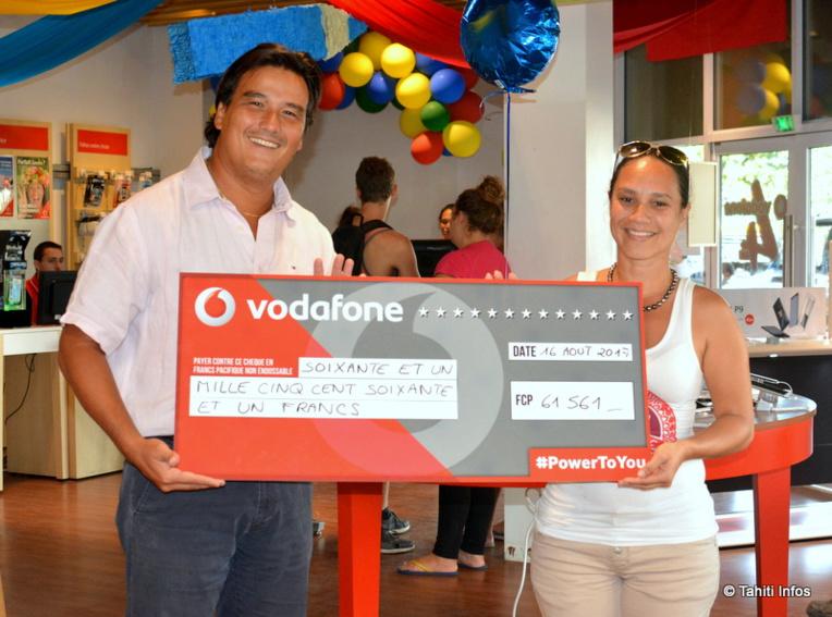 L'opérateur Vodafone (représenté par son vice-président Patrick moux) a remis ce mercredi un chèque de 61 561 Fcfp à l'association Tīai Fenua (représentée par sa trésorière Moea Pereyre)