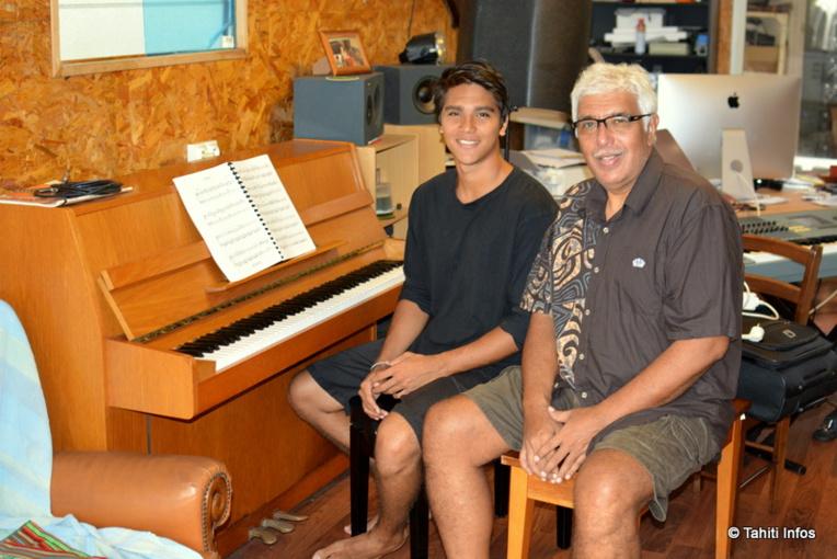 Felix Vilchez et son fils, Felix Terahiti Vilchez, dans la salle de répétition de leur maison de Faa'a.