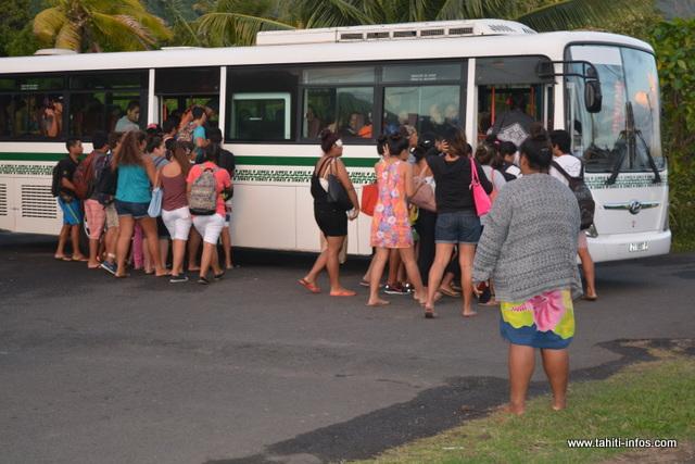Beaucoup d'élèves prennent le transport scolaire. La plupart se lève tôt pour ne pas rater le bus.