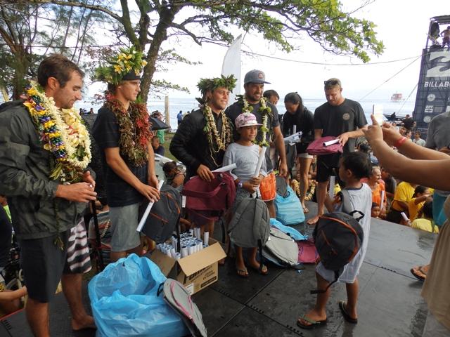 90 enfants ont eu la chance de recevoir un cartable neuf de la part de légendes du surf mondial