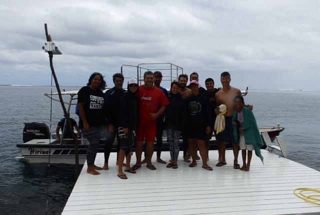 Teahupoo : les surfeurs pros ont offert 90 cartables aux enfants de la Presqu'Ile