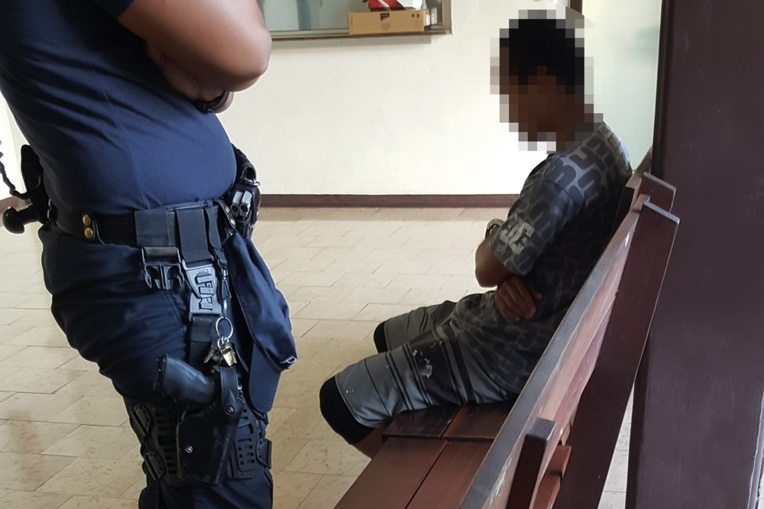 Le prévenu de 28 ans a été maintenu en détention jusqu'à son procès, renvoyé au 6 novembre. Des expertises complémentaires de personnalité sont nécessaires au vu de la peine maximale encourue : 20 ans de prison.