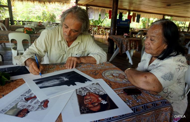 L'artiste a retrouvé les femmes polynésiennes dont il avait brossé le portrait en 2002, comme ici Mama Yvonne, à Nuku Hiva.