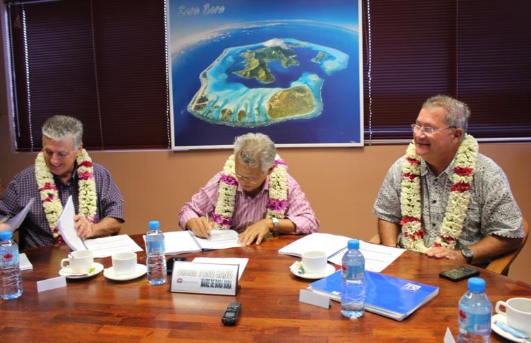 Le ministre de la Santé, le Maire de Bora Bora et le directeur de la Polynésienne des eaux (g.à.d) ont co-signé le premier PSSE de la Polynésie française.