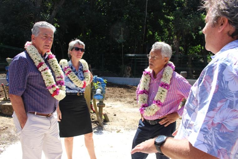 Le ministre de la Santé, la directrice régionale de l'OMS, le Maire de Bora Bora et le responsable de la Polynésienne des eaux à Bora Bora ont pris connaissance des travaux de protection des forages réalisés par la commune.