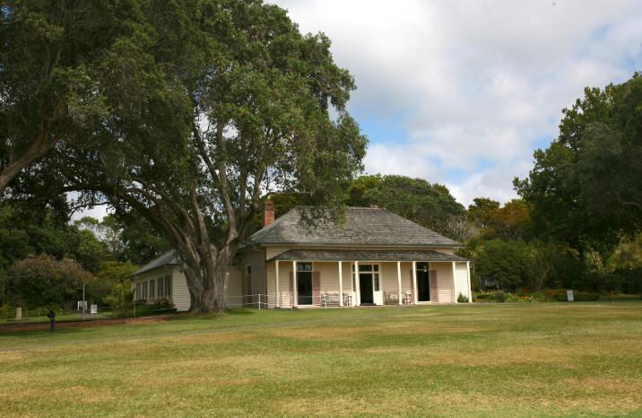 La Treaty House fut construite en plusieurs fois à partir de 1833. Elle servit de demeure à Busby, lorsqu'il prépara les tribus maories d'abord à une indépendance bien fantaisiste, puis à leur intégration dans l'empire anglais.