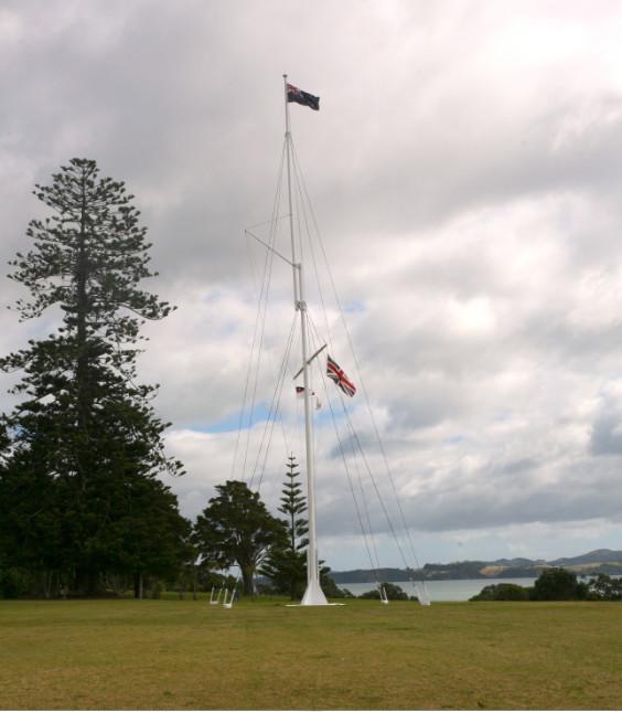 Ce mât a été dressé là même où les 45 chefs maoris signèrent le traité le 6 février 1840.