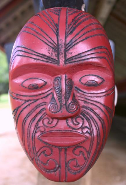 A la base des proues de pirogues, un visage maori sculpté protégeait les rameurs et guerriers des mauvais esprits sur leur route.