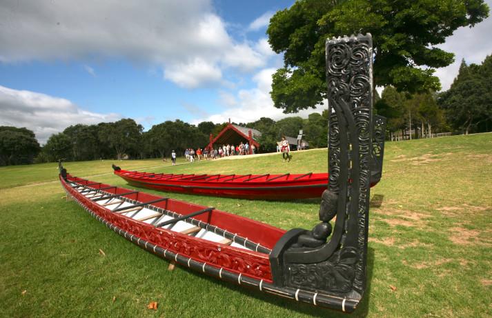Près du rivage, des pirogues sacrées maories des tribus de la région de Waitangi.