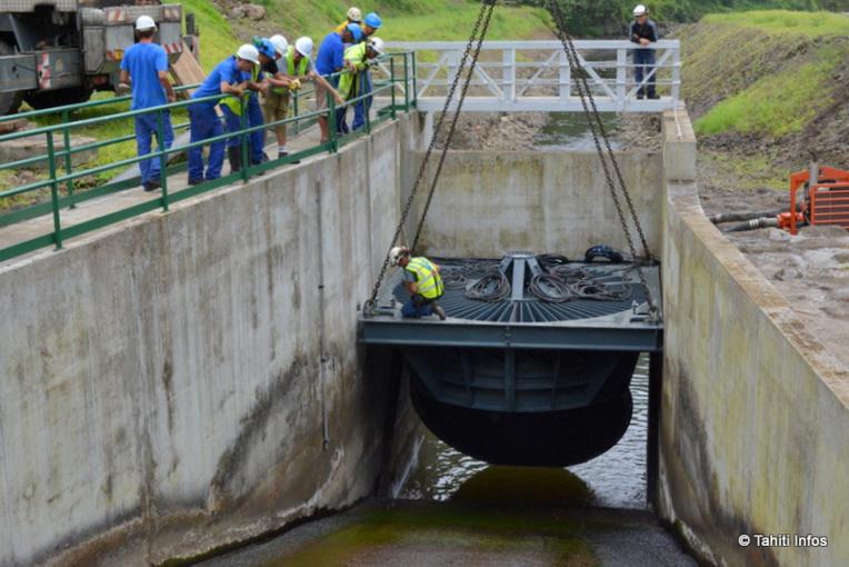 La turbine VLH de 30 tonnes a dû être soulevée par une grue 80 tonnes pour intégrer délicatement le génie civil construit pour elle. D'ici deux semaines, elle alimentera 150 foyers en électricité non polluante.