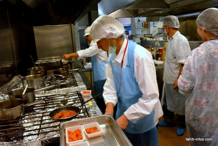 Les chefs japonais en train de travailler avec leurs homologues polynésiens à la création de 24 recettes originales. Leurs conditions : utiliser les ingrédients locaux pour recréer les goûts de la cuisine asiatique.