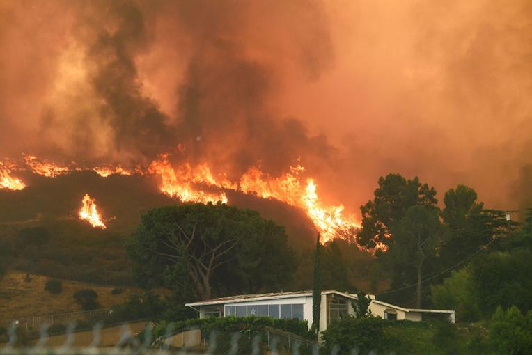 Violents incendies dans l'ouest américain, milliers d'évacuations et état d'urgence