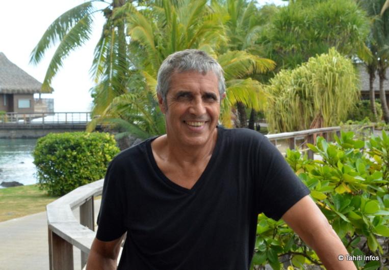 """Julien Clerc est à Tahiti pour sa tournée """"Deux Pianos, La tournée des 50 ans"""""""