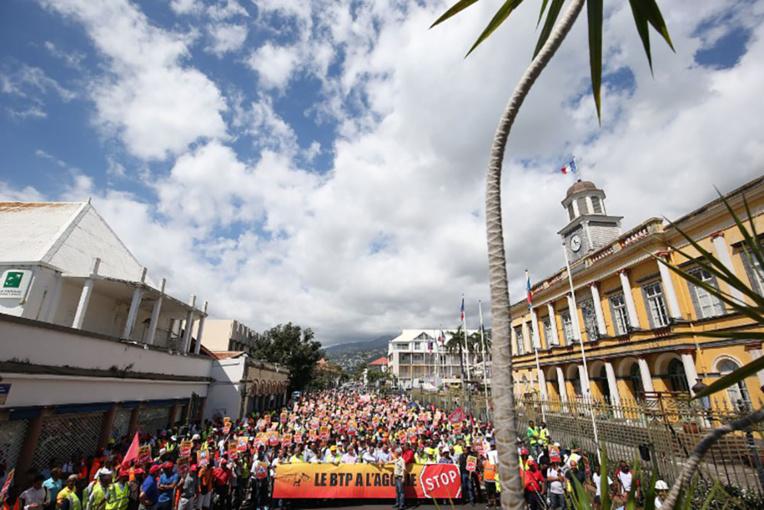 """La Réunion: patrons et salariés dans la rue contre """"l'agonie du BTP"""""""