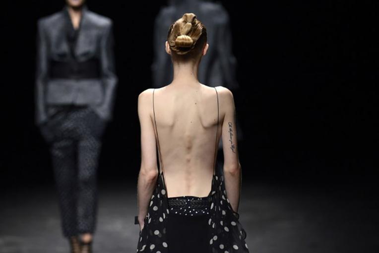 Les géants LVMH et Kering bannissent les mannequins trop maigres et trop jeunes