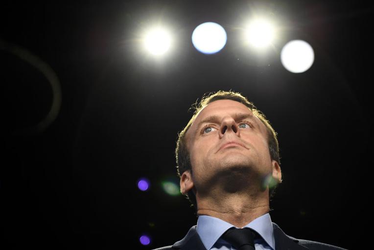 """Macron assume sa sortie polémique sur les """"fainéants"""""""