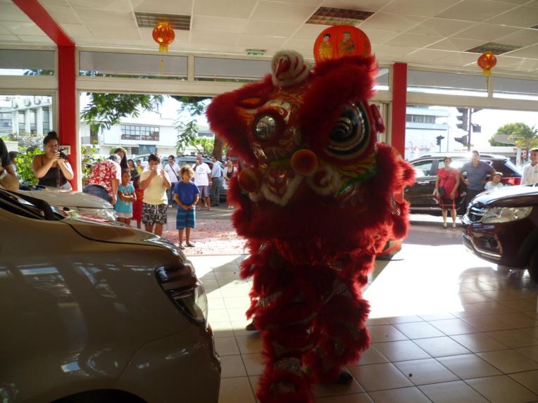 Une danse du dragon a célébré l'inauguration du show room dans la tradition du groupe.