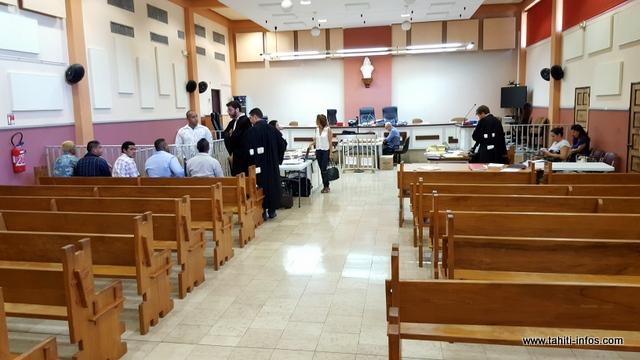 La tension était palpable, ce matin, entre les accusés assis au premier rang à gauche et la famille de la victime, le jeune Moearii.