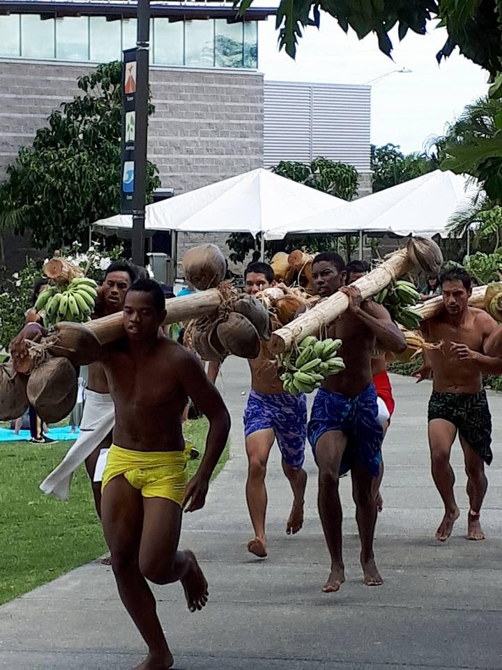 Tainui Lenoir lors de la course de porteurs de fruits, à droite