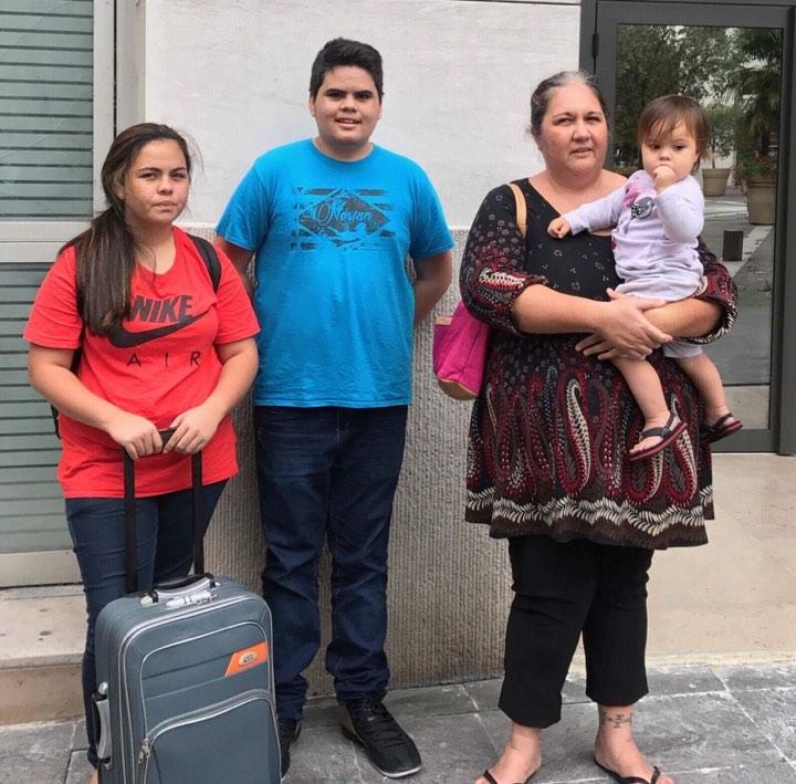Une maman de 47 ans (sans revenus) et ses enfants de 18, 15 et 1 an.  Le bébé est une petite fille Havai'i.