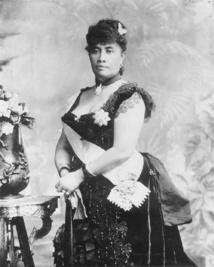 La reine Lili'uokalani succéda à son frère défunt, mais ne put en réalité pas régner; elle se consola en jouant du ukulele dans sa résidence surveillée et en composant des chansons demeurées populaires.