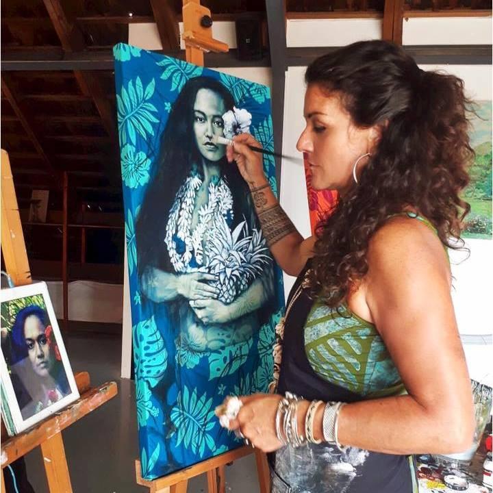 """Pour réaliser ses toiles sur """"pareu"""", l'artiste australienne s'inspire de vrais modèles polynésiens."""