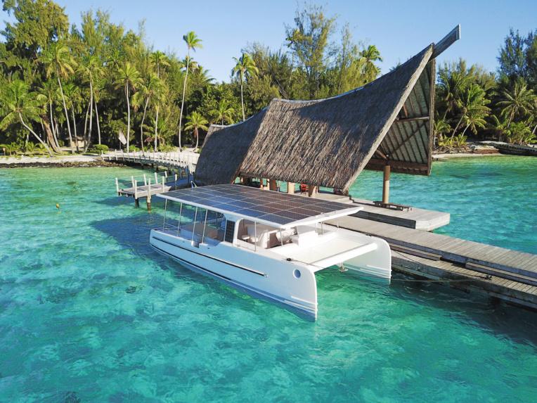 Légende : Le catamaran solaire devrait vogué sur le lagon de Bora Bora pendant au moins un an.
