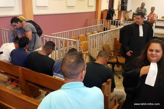 Après les tensions du début de semaine, Enoha, le frère de la victime, debout à gauche, est allé s'adresser pacifiquement aux accusés en toute fin d'audience.