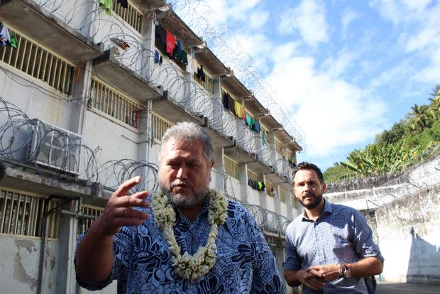 Le député Moetai Brotherson en visite dans les prisons de Nuutania et Tatutu