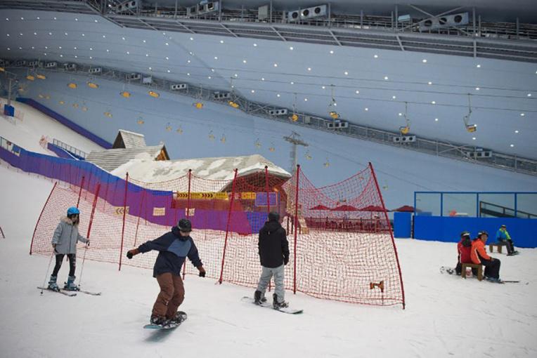 En Chine, dans le plus grand parc de ski en salle du monde