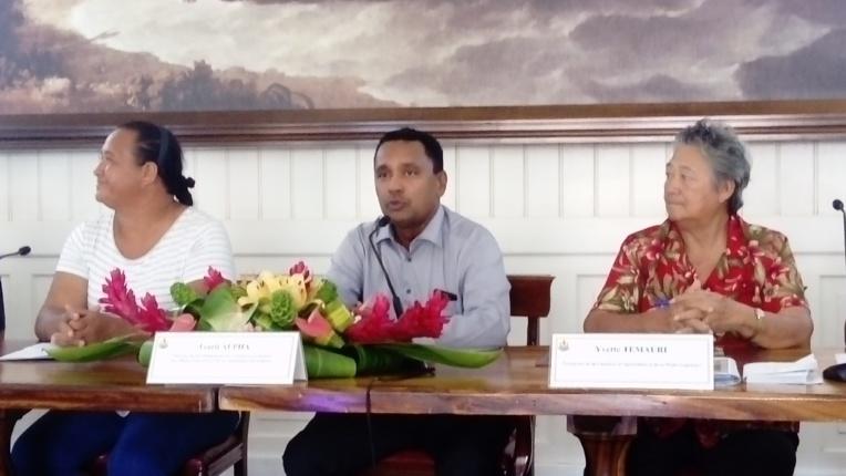 Heia Teina, présidente de l'association SPG Bio Fetia, Tearii Alpha, ministre des ressources primaires et Yvette Temauri, Présidente de la chambre d'agriculture et de la pêche lagonaire.