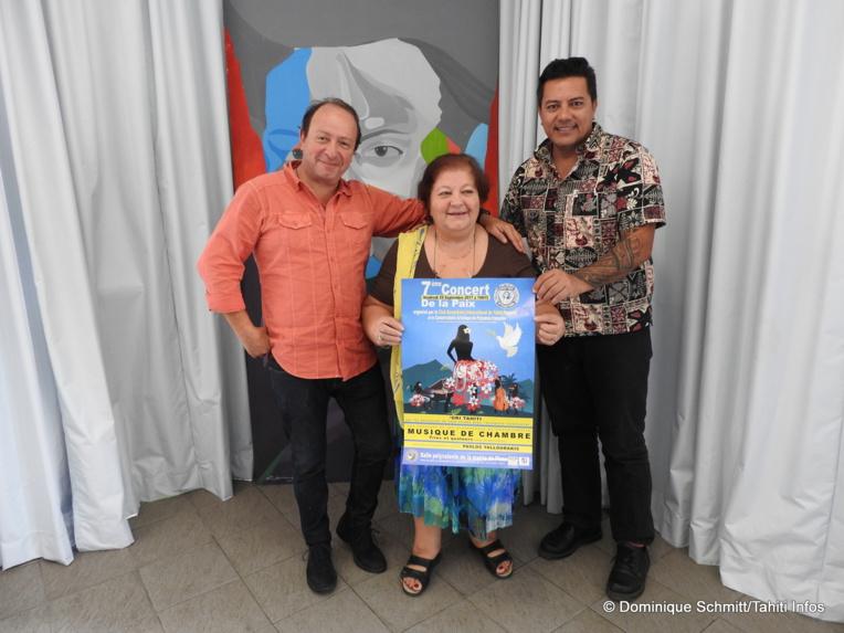 Najat Charreard, présidente du Club Soroptimist International de Tahiti, entourée de Fabien Dinard et Frédéric Cibard du Conservatoire.