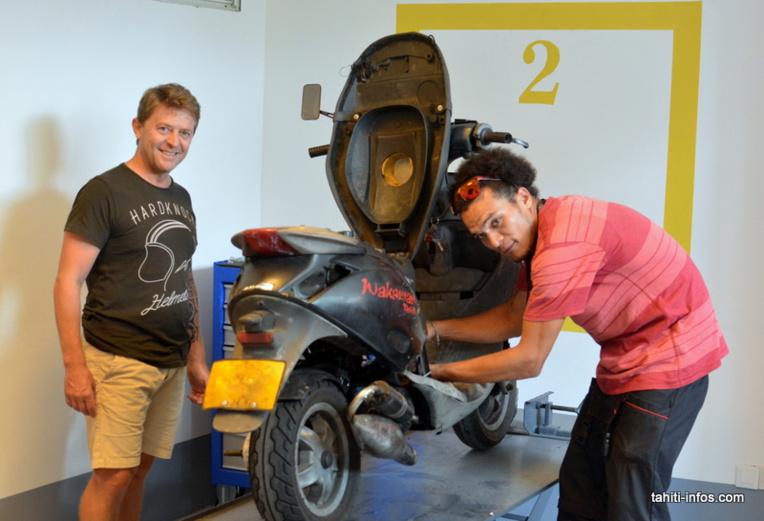 Pascal Brisbout, gérant de Fenua Bikers, à gauche, est accompagné de Karl, le mécanicien qui veillera sur les clients de cet atelier en libre-service
