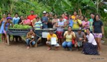L'un des groupes d'élèves en visite dans le jardin de Bio Tupuna