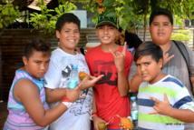 Onelani, Heiarii et Marunui entourés de leurs camarades