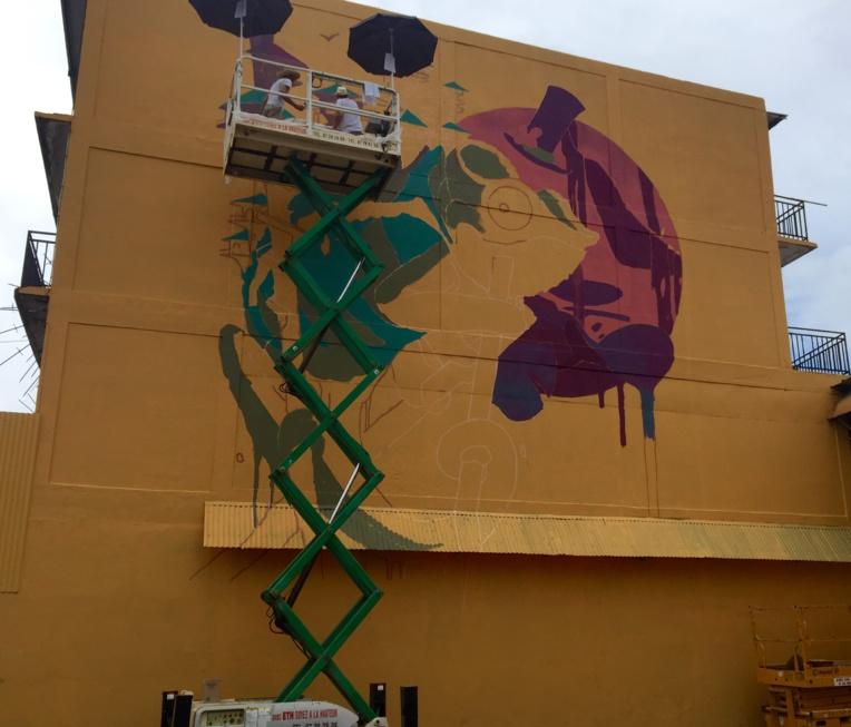 Les artistes français Kalouf et R. Lardanchet viennent de commencer à créer leur fresque à Papeete pour lancer le Festival Ono'u 2017.