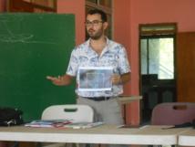 Arthur Cottrel présente son projet aux habitants de Moorea.
