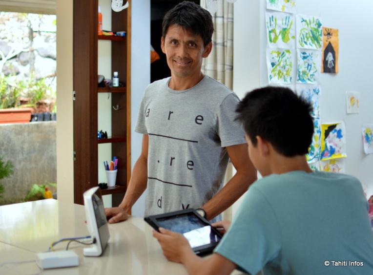 Yannick Champs a créé le boitier Metua (relié à la Manabox, à gauche) pour protéger ses enfants des dangers d'internet et limiter leur addiction aux écrans.