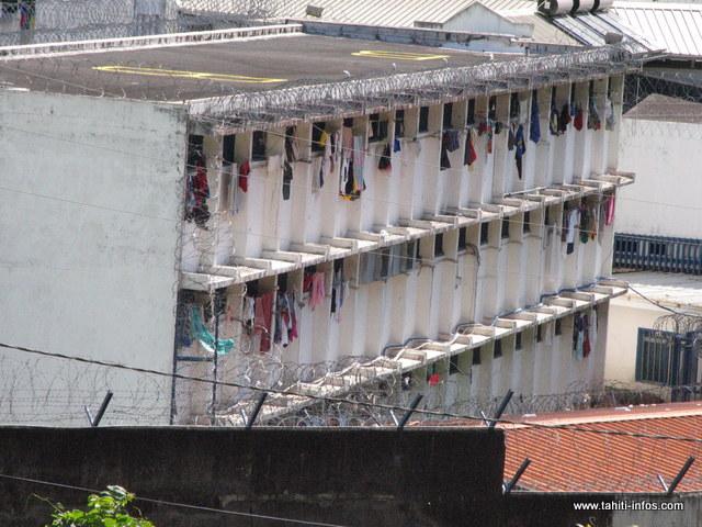 Le détenu, auxiliaire aux services techniques extérieurs de Nuutania, nettoyait le parking de la prison quand il a faussé compagnie à ses surveillants.