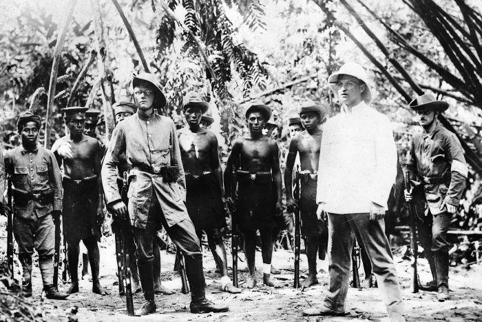 En 1913, les Allemands continuaient à enrôler de jeunes Papous pour mener des opérations de police sur leur vaste territoire.
