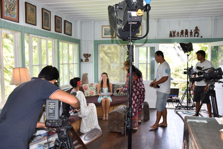 L'équipe de Polynésie 1ère a réalisé le tournage à Moorea, sur la propriété Kellum, en baie d'Opunohu. Ici, Aiata Tarahu va s'entretenir avec Vaiana Giraud, responsable communication et production de la Maison de la culture. (Crédit photo : Polynésie 1ère)