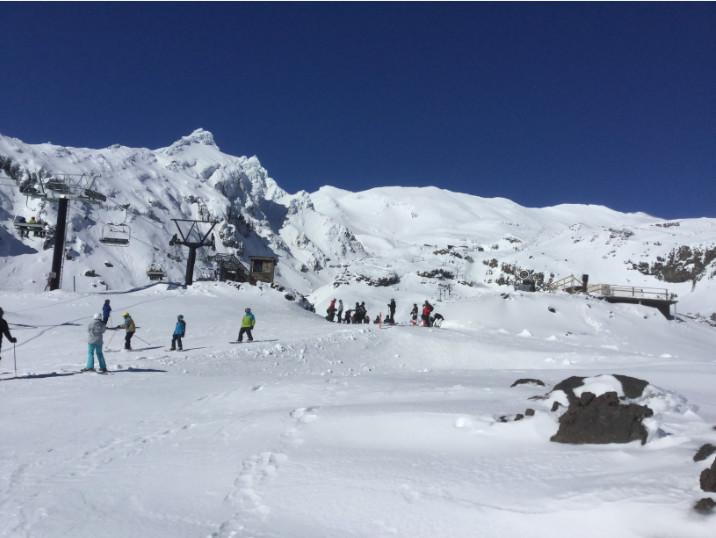 Une vue générale des pentes du Ruapehu ; le domaine skiable, très vaste, est parfaitement exposé au soleil de l'hiver austral.